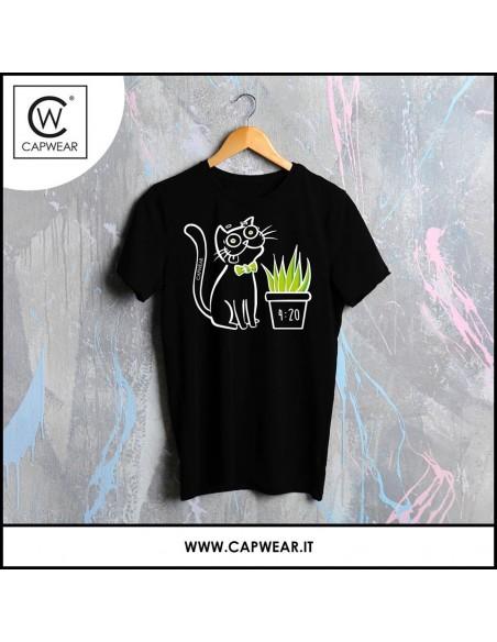 T-Shirt CAPWEAR 4:20 raffigurante un gattino interessato all'erba gatta o alla canapa.